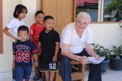 "Pastor Pancani SX bersama anak-anak yang ""kepingin tau"" :)"
