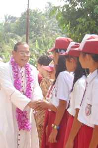 Bapa Uskup Mgr Martinus D Situmorang OFM Cap menyalami anak-anak SD St Veronika Palas - 18 Sept 2010
