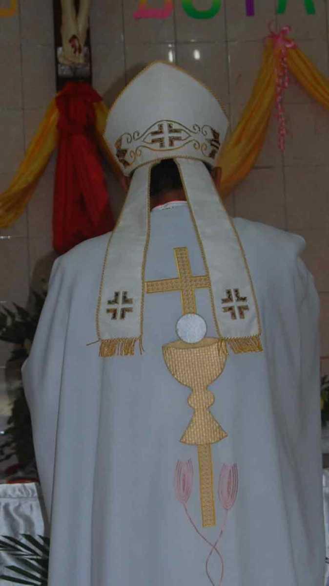 Topi Khusus dan tongkat Uskup