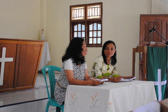 Sdri Endang (kiri) dan Bidan Endang (kanan) mensosialisasikan Program pemerintah BPJS / Foto: Admin