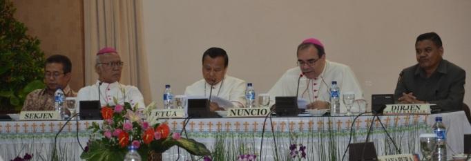 Dari kiri: pendeta Gomar Gultom, Mgr. Johannes Pujasumarta, Mgr. Ignatius Suharyo, Mgr. Antonio Guido Filipazzi, Bapak Agustinus Tungga Gempa.