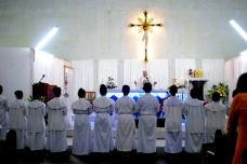 Pastor Otello Pancani, SX menyampaikan  berkat dalam Malam Paskah 2014 / Dok. Admin