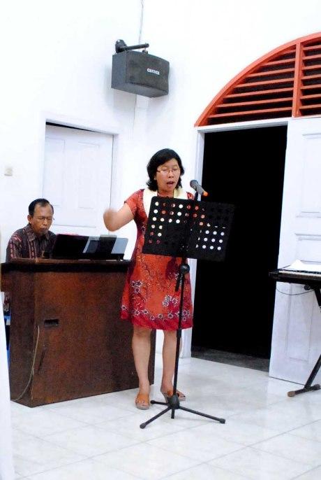 Bpk A Sumardyono sebagai Organis dan Ibu Lina Br Ginting memimpin lagu / Dok Admin