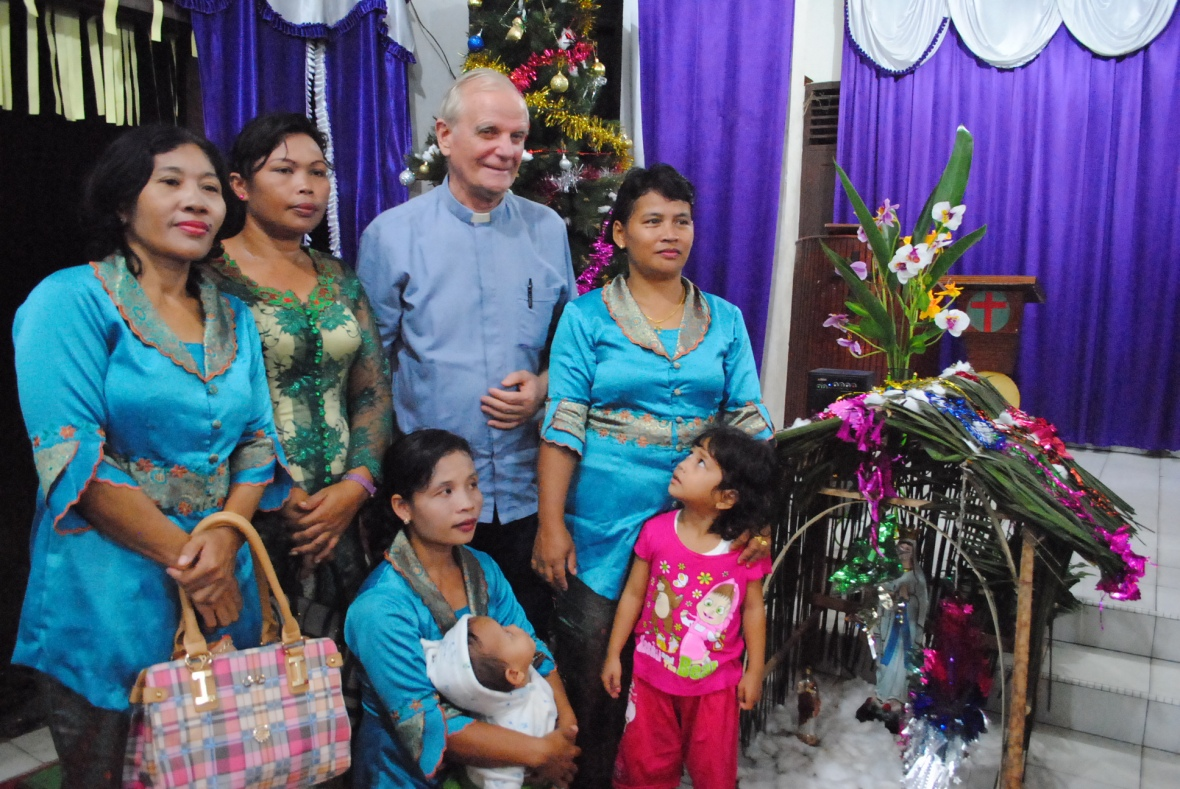 Bersama ibu-ibu dari Gereja HKBP di Stasi St Rafael PT Johan dalam perayaan Natal bersama / Dok. Admin