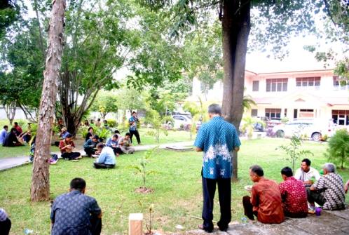 Pengurus stasi se-Paroki saling mebyapa dalam acara makan siang  di taman depan pastoran St paulus Jan 2015 / Dok Admin