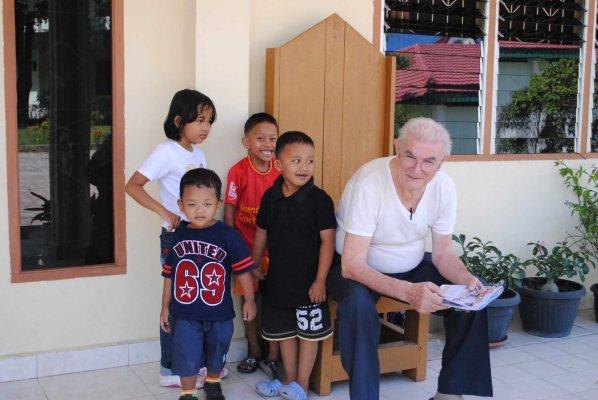 Suatu sore 5 Agustus 2014 didekati anak-anak saat membaca di depan pastoran St paulus / Dok. Admin