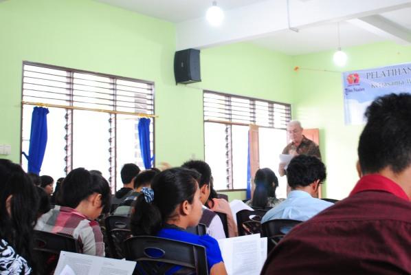 Membawakan materi dalam pelatihan jurnalistik Maret 2014 / Dok Admin