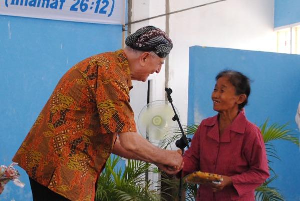 Bersapaan dengan umat dan menyerahkan hadiah di stasi St Philipus Arengka ujung / Dok Stasi Arengka Ujung