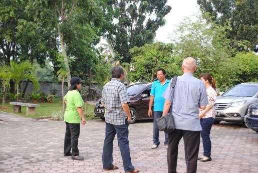 Pastor Paroki mengantar keberangkatan Tim Seksi Sosial / Dok Admin
