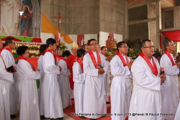 Para petugas pembagi Komuni tak Lazim St Paulus Pekanbaru setelah dilantik 9 Jun 2013 / Dok. Admin