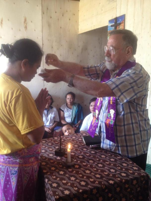 Pastor Casali Otello SX dalam kunjungan ke rumah-rumah umat / Dok. Yosefina Iriani Marwulaningsih