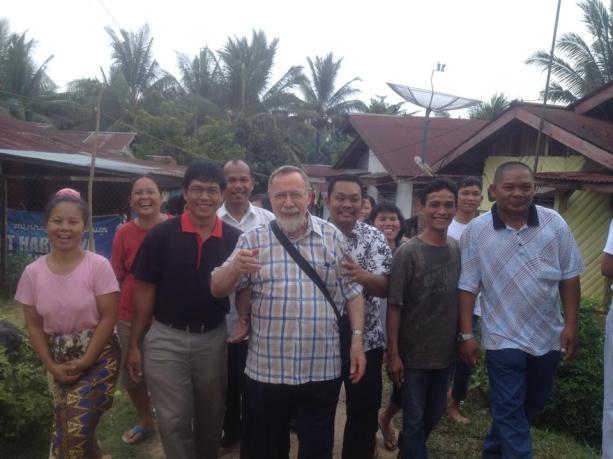 Pastor Casali SX bersama dan diantar umat  mengunjungi rumah-rumah umat untuk melayani / Dok.