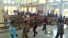 Gotong royong memindahkan kursi gereja / Foto Fika Angela Silaban