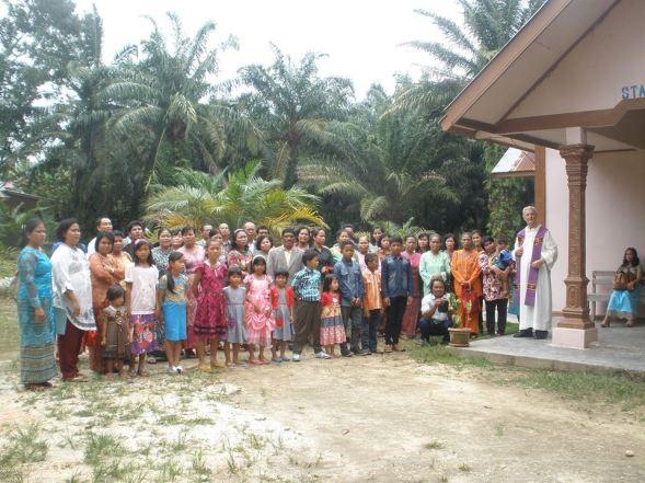 Bersama Pastor, Seluruh umat dan pengurus ? Foto Sr. Leonisia FCJM