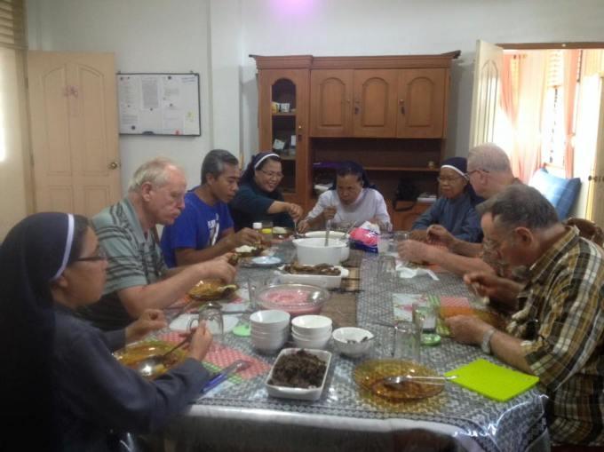 Makan bersama saat ulang tahun Pastor Casali Des 2015 - Pict by Ibu Irin
